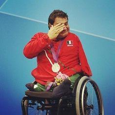 Arnulfo Castorena ganhando sua primeira medalha de ouro de natação para o México nos Jogos Paraolímpicos