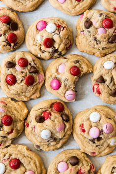 valentines day cookies Pink, red, and white Mamp;M candies turn chocolate chip cookies into an easy Valentines Day themed treat! Valentines Baking, Valentines Day Chocolates, Valentine Desserts, Valentines Day Cookies, Holiday Desserts, Holiday Baking, Valentines Recipes, Valentine Treats, Baking Recipes