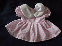 alte Puppenkleidung: kleines weißes Kleid mit rosa Punkten