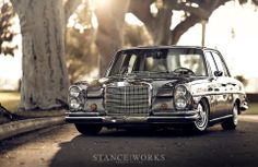 Ed's bagged Mercedes Benz is a beautiful example of simplicity. Celebrating the classy aesthetic of the Mercedes Benz brand with airride. Mercedes Auto, Mercedes Benz 300 Sl, Mercedes Benz Autos, Old Mercedes, Mercedes G Wagon, Classic Mercedes, Mercedes W114, Mercedez Benz, Retro Cars