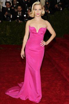 Reese Witherspoon - TELVA Met Gala 2014 - Reese Witherspoon La actriz apostó por un look de diva en el que todo el protagonismo se cedía al vestido fucsia de Stella McCartney.