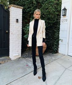 white blazer + all black: sweater, jeans, ankle boots Blazer Outfits Casual, Basic Outfits, Blazer Fashion, Mode Outfits, Classy Outfits, Fashion Outfits, Black Blazer Outfit Casual, Beige Blazer, Fall Winter Outfits