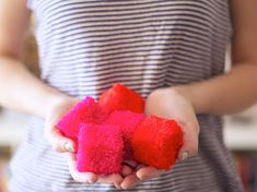 How to Make Diy;DIY different types of pompoms that you can make – animals, letters, cubes, chandeliers … - How to Make Diy Cute Crafts, Diy And Crafts, Crafts For Kids, Arts And Crafts, Pom Pom Crafts, Yarn Crafts, Diy Projects To Try, Craft Projects, Do It Yourself Baby