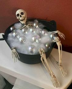 Spooktacular Halloween decor ideas that you can DIY for cheap. These Halloween decor ideas are perfect for your Halloween party or trick or treaters. Moldes Halloween, Soirée Halloween, Adornos Halloween, Manualidades Halloween, Holidays Halloween, Halloween Deco Mesh, Homemade Halloween, Halloween Snacks, Halloween Season