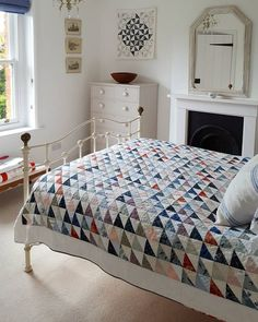 I'm in love with half square triangle quilts! Colchas Quilting, Scrappy Quilts, Quilting Projects, Quilting Designs, Baby Quilts, Machine Quilting, Quilting Ideas, Shabby, Quilt Modernen