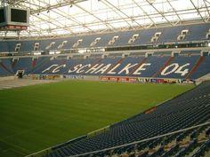 ملعب شالكة الألماني سقفه يغلق ليصبح ملعبا مغلق وأهم من ذلك أرضيته المتحركة لإستضافة مختلف الفعاليات