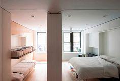 """Como economizar no imóvel e manter o conforto de um apartamento completo? O designer Graham Hill mostrou que, com criatividade e o investimento correto, é possível. Basicamente, Hill adquiriu um apto pequeno e o adaptou da maneira mais sustentável possível. A proposta desse novo formato de moradia é """"planejar uma vida com mais dinheiro, saúde e fidelidade, com menos coisas, espaço e energia"""", como resume o trabalho. Totalizando o espaço reformado, o apto do canadense em Nova York possui 39m²…"""
