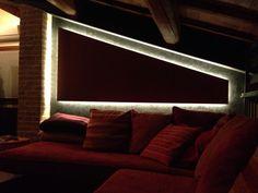 Salotto sottotetto parete in cartongesso e luci a LED