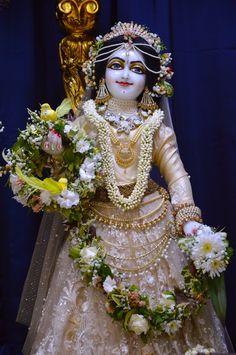 Cute Krishna, Radha Krishna Love, Radhe Krishna, Lord Krishna, Sai Baba Photos, Radha Krishna Pictures, Radha Rani, Mehndi Images, Cute Photography