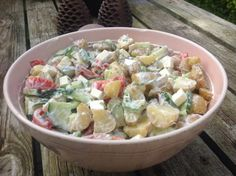 Een heel smakelijke salade van nieuwe aardappeltjes met komkommer, tomaat en fetakaas. De dressing van Griekse yoghurt, citroen en dragon maakt het helemaal af. Een recept van vandaagwatanders, de website vol lekkere vegetarische recepten.