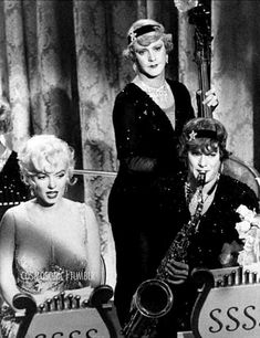 Marilyn Monroe, Jack Lemmon and Tony Curtis in Some Like It Hot, 1958 Old Hollywood Movies, Classic Hollywood, Jack Lemmon Movies, Comedy Tonight, Nostalgia, Tony Curtis, Gentlemen Prefer Blondes, Marilyn Monroe Photos, Marylin Monroe