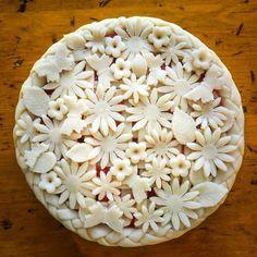Butterflies and flowers make the perfect Spring pie. Beautiful Pie Crusts, Just Desserts, Dessert Recipes, Pie Crust Designs, Pie Decoration, Pie Crust Recipes, Strawberry Pie, No Bake Pies, Biscuits