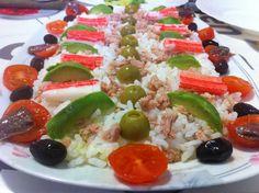 Amanida d'arròs amb tonyina, alvocat, palets de cranc, xerries, anxoves i olives