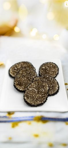 #MaTableAuSommet  Inédit, des lamelles de truffe noire surgelées ! La truffe noire du Périgord est un produit d'exception qui se glisse divinement dans les menus de réveillon. Elle a le chic pour parfumer un foie gras, un risotto, des coquilles Saint-Jacques, du saumon… Conditionnée sous vide, elle conserve au mieux ses saveurs, se consomme aussi bien cru que cuite et accepte tous les modes de cuisson. Avis aux fins gourmets !  #Noël #Recette #Repas #Truffe #Périgord Coquille Saint Jacques, Saveur, Merry Xmas, Holidays And Events, Foie Gras, Sous Vide, Cookies, Risotto, Desserts