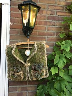 Bodywarmer van kippengaas gevuld met mos