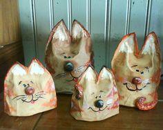 Família de gatos. Papietagem e papel machê.