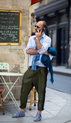 Paris Men's Fashion Week - we so ❤️ baggy tapered pleated trousers right now! Street Look, Men Street, Street Chic, Fashion Week Hommes, Mens Fashion Week, Style Fashion, Streetwear, Street Style Blog, Street Styles