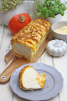 Zum ersten Oktober habe ich ein Pumpkin Pull-Apart Bread – Ein herzhaftes und fluffiges Zupfbrot gebacken, passend zum Herbst. Ich finde ja, Kürbisbrot muss nicht immer süß sein, wie dieses leckeres und kohlenhydrahtarmes Kürbisbrot.DiesesPumpkin Pull-Apart Bread ist mit... Finger Foods, Food Inspiration, Banana Bread, Desserts, Pie, Recipes With Pumpkin, Bread Baking, Good Food, Friends
