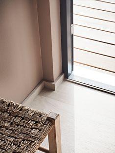 Modernisert familiehytte i vakre farger! Hovedsoverommet er malt i LADY 20046 Savanna Sunset, en gyllen rosa tone som setter sitt myke preg på interiøret. Det gir en lunhet det er godt å oppholde seg i. Animal Print Rug, Rugs, Architecture, Inspiration, Lady, Home Decor, Modern, Farmhouse Rugs, Arquitetura