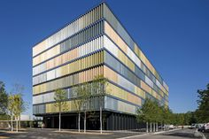 SEFAR® Architecture VISION fabric — play of colours in 6200 glass panels  Sefar's sophisticated facade solution can do many things, such as a changing the colouring of the facade as the sun crosses the sky, providing protection from the sun's
