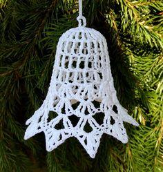 Zvoneček větší bílý č.3 Zvoneček je uháčkovaný z české příze,vypraný a silně naškrobený.Má uháčkované očko na zavěšení.Velikost je asi 7cm.