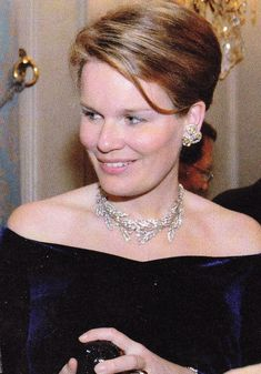 Mathilde wearing the wreath tiara off its frame as a necklace