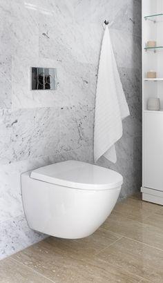 Kiven Herra / lattia Travertino Classico, seinä Bianco Carrara