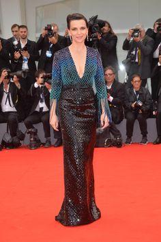 Juliette Binoche en robe Armani Privé à sequins à la Mostra de Venise 2015