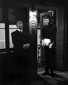 Alfred Hitchcock montre à Anthony Perkins l'attitude à adopter pour Psychose.
