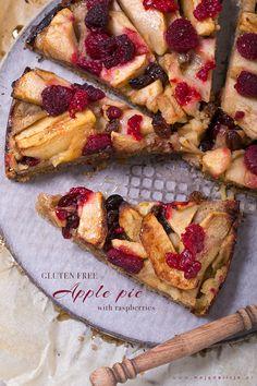 Bezglutenowe ciasto z jabłkami (apple pie) i malinami ze skórką cytrynową. Takie bezglutenowe Apple Pie z malinami na spodzie z mielonych migdałów i mąki kukurydzianej. Migdały mają działanie odkwaszające,dlatego dzięki ich obecności, zakwaszające działanie cukru zostaje zneutralizowane . // Gluten-free apple pie with raspberries. #food #foodporn #healthy #dessert #cakes #glutenfree #apple #raspberries