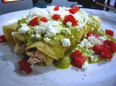 Enchiladas Cacahuamilpa (Con salsa de chile poblano cacahuate y queso crema)