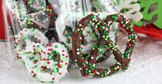Homemade Chocolate Covered Pretzels - easy to make and super delicious they make a great homemade Christmas gift and everybody will love them!