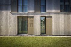 #holzbau #architektur #fassade #sonnenschutz #zürich #neubau Garage Doors, Mansions, House Styles, Outdoor Decor, Elf, Home Decor, Underground Garage, Attic Apartment, Solar Shades