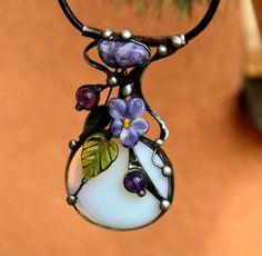 Fialka - opalit, vinutá perla, Cínovaný šperk je vytvořen z mléčného opalitu,4 x 3,5 cm,jehož záhadná, světle modrá barva přechází na světle ve hru nepochopitelných barev, že není možno určit, zda se jedná o kámen bílý, modrý nebo nafialovělý. Přes tuto svou vlastnost se tváří neutrálně a dá vyniknoutdalším komponentům. V tomto případě se jedná ...