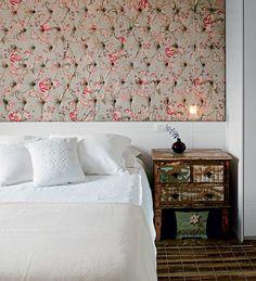 No quarto de casal, o painel de laca estofado ocupa toda a parede, assumindo o papel de uma grande cabeceira. Projeto da designer de interiores Amanda Borges