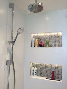 Nis in douche met een op maat gemaakte indirecte LED strip vervaardigd door Scheffer Badkamers BV. U vindt onze meer dan 1200 m2 showroom met 80 opstellingen aan de Brinkweg 11 in Zelhem.