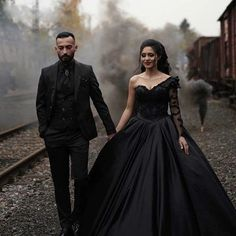 Black Wedding Themes, Black Wedding Gowns, Cheap Wedding Dress, Gothic Wedding Ideas, Gown Wedding, Witch Wedding, Emo Wedding Dresses, Halloween Wedding Dresses, Vampire Wedding