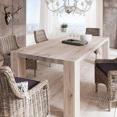 Esszimmertisch aus rustikalem Massivholz mit Rissen und Gebrauchsspuren; Massivholztisch aus Eiche Weiß geölt