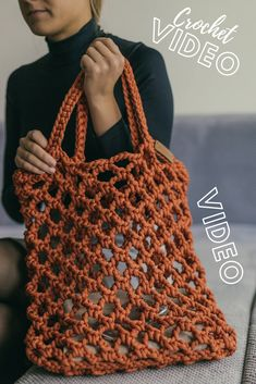 Video how to crochet a tote bag. Crochet tutorial Source by mo… Video how to crochet a tote bag. Crochet tutorial Source by monomeystudio Gilet Crochet, Crochet Stitches, Knit Crochet, Crochet Patterns, Purse Patterns, Diy Crochet Bag, Crochet Beach Bags, Sewing Patterns, Quick Crochet