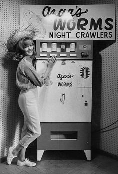 A collection of archive photographs reveals the weird and wonderful history of the vending machine, from US booze dispensers to British self-service eggs and gadgets for spuds round the clock. Weird Vintage, Vintage Ads, Vintage Photos, Vintage Stuff, Vintage Photographs, Vintage Items, Juke Box, Dump A Day, Old Ads