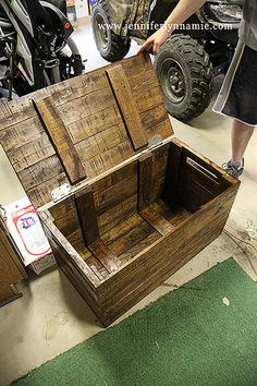 The best DIY projects & DIY ideas and tutorials: sewing, paper craft, DIY. DIY Furniture Plans & Tutorials : DIY Wooden Chest/Bench from Pallets. Put this on casters and use it for toy storage in the garage. Diy Pallet Projects, Diy Projects To Try, Furniture Projects, Wood Projects, Diy Furniture, Woodworking Projects, Furniture Plans, Pallet Ideas Garage, Palette Furniture