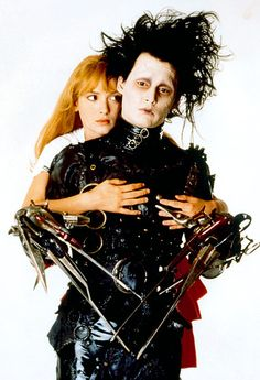 A gallery of Edward Scissorhands publicity stills and other photos. Featuring Johnny Depp, Winona Ryder, Tim Burton, Vincent Price and others. Johnny Depp Winona Ryder, Johnny Depp Movies, Johnny Depp Characters, Eduardo Scissorhands, Johnny Depp Edward Scissorhands, Edward Scissorhands Costume, Film Tim Burton, Kim Edwards, Classic Hollywood