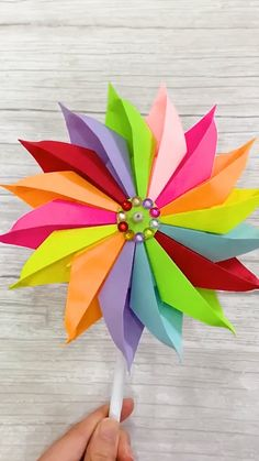 DIY Rainbow Windmill The childhood dream is to own a beautiful windmill. Use color paper to make a rainbow windmill, finish the dr Paper Flowers Craft, Paper Crafts Origami, Paper Crafts For Kids, Origami Art, Diy Arts And Crafts, Flower Crafts, Creative Crafts, Diy Paper, Paper Art