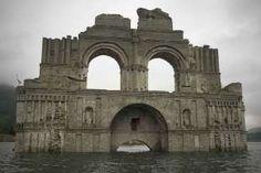 Emerge iglesia colonial de una presa en Chiapas por sequía