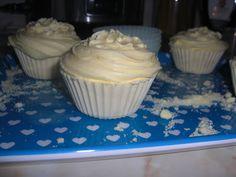 The DIY blogg: Cupcake badbomber Recept på själva badbomberna 118 ml citronsyra 236 ml bikarbonat 17 ml turkisk rödolja doft och badbrusfärg  Frostingen 118 ml Meringue powder 39.5 ml varmt vatten 39.5 ml jojobaolja 158.5 ml florsocker (borde vara samma sak som amerikanernas powdered sugar) 2.5 ml Cream of Tartar även kallat för vinsten på svenska 138 ml SLS (i pulverform) men jag ska använda mer florsocker istället doft och färg Cupcake Bath Bombs, Diy Skin Care, Tart, Cupcakes, Meringue, Desserts, Skincare, Food, Merengue