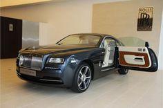 Een raadselachtige aanwezigheid De brutaalste uitdrukking van Rolls - Royce nog , de opvallende fastback silhouet van Wraith straalt elegantie en kracht . Expressieve , vloeiende lijnen en een brede spoorbreedte geef het een dynamisch en atletisch vermogen . En de lange motorkap , diepe grille en uitgesproken luchtinlaten beloven echt krachtige prestaties