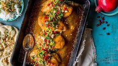 Sjekk ut den superenkle fruktige kyllingen, den består av kyllingfilet som har kost seg i en sødmefull og frisk kremet saus laget på mangochutney. (Denne har erfaringsmessig et stort potensiale blant de yngre i familien.) Tips: Mangochutneyfinnes i både milde og sterke utgaver, og med forskjellig sukkerinnhold. Velg den du liker best selv. Er kyllingfiletene små - kan du bruke et par ekstra. For enkelhetens skyld kan du droppe bruningen. Krydre kyllingen med salt og pepper, legg kyllingen…