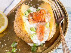 Während die Ofenkartoffeln gemütlich vor sich hin garen, kannst du dich ganz dem saftigen Lachsfilet und der Joghurtcreme mit dreierlei Kräutern widmen.