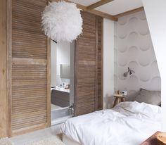 Chambre chaleureuse avec un esprit bois et plume