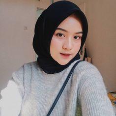 Gambar mungkin berisi: satu orang atau lebih Hijab Fashion Summer, Modern Hijab Fashion, Casual Hijab Outfit, Hijab Chic, Hijabi Girl, Girl Hijab, Beautiful Hijab Girl, Hijab Makeup, Cute Selfie Ideas